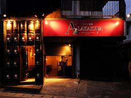 ワイン樽の扉と赤い看板が目印