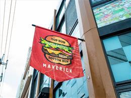 ハンバーガーの旗が目印!