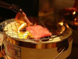 石垣牛は備長炭の七輪で焼きあげる