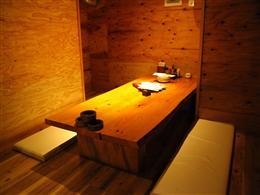 半個室掘りごたつ席からテーブル席完備