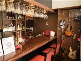 カウンターの横にはヴィンテージギターが