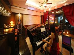中央に置かれたグランドピアノ
