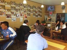 お昼時、地元のお客さんでいっぱいです