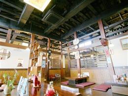 天井が高く、温もりあるウッディな店内