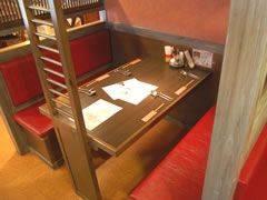 赤が印象的なテーブル席