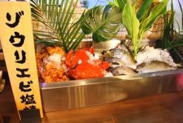 カウンターには近海の魚介が並びます